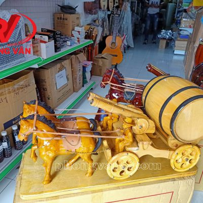Song mã thần công kéo thùng rượu vang