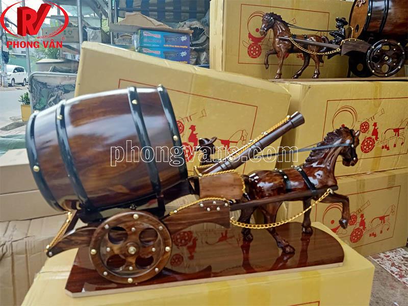 Xe ngựa đơn kéo thùng rượu có pháo