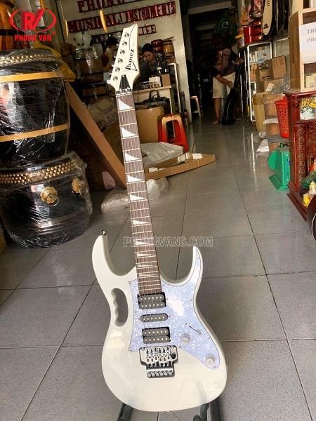Bán guitar điện ibanez màu trắng