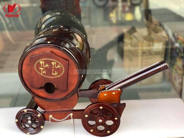 Xe pháo kéo trống rượu vang
